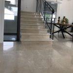 מדרגות לצד ריצוף