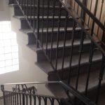 מדרגות שחורות לבית